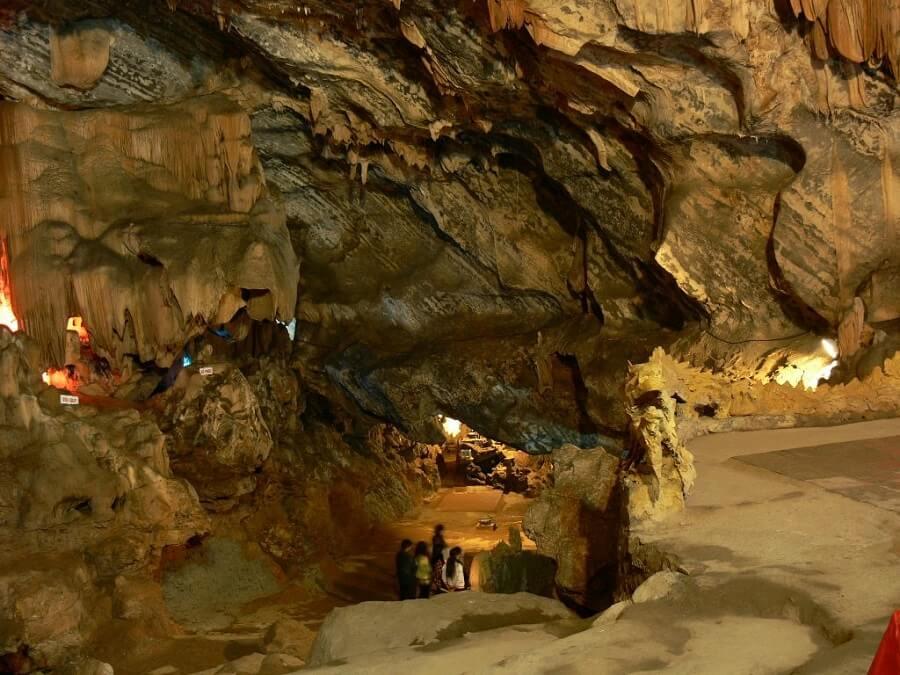 Động Hương tích nỗi tiếng trong tour du lịch Miền Bắc