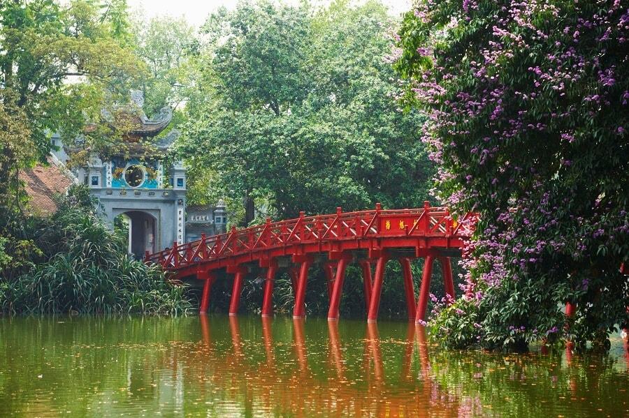 Ngôi đền Ngọc Sơn nằm giữa hồ và cách nhau bởi một cây cầu rất đặc sắc