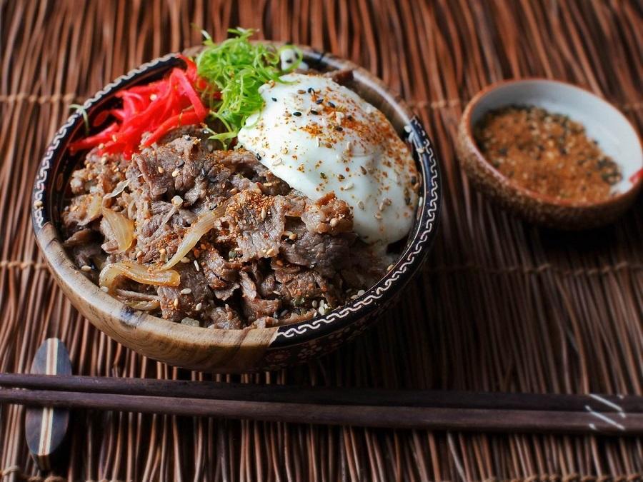 gyudon là một món ăn khá phổ biến trong nên ẩm thực nhật bản