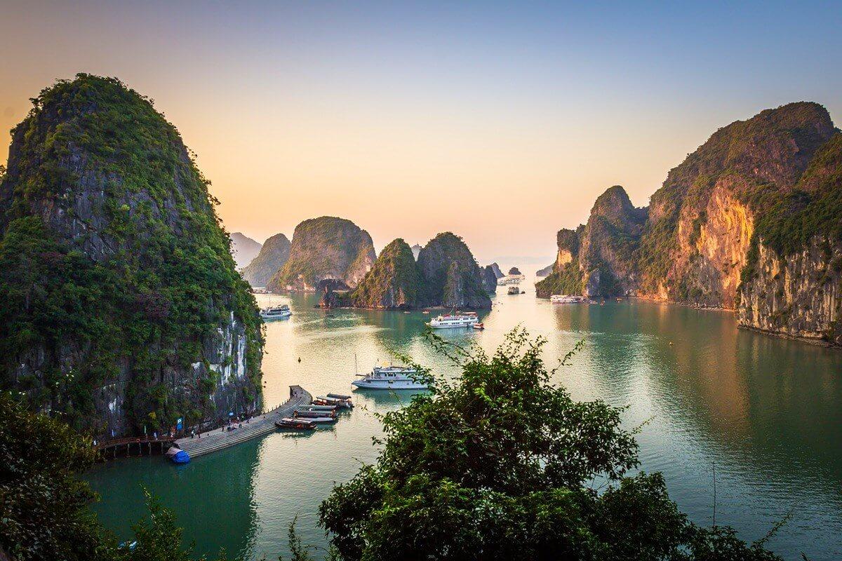 Vịnh Hạ Long thu hút khách du lịch