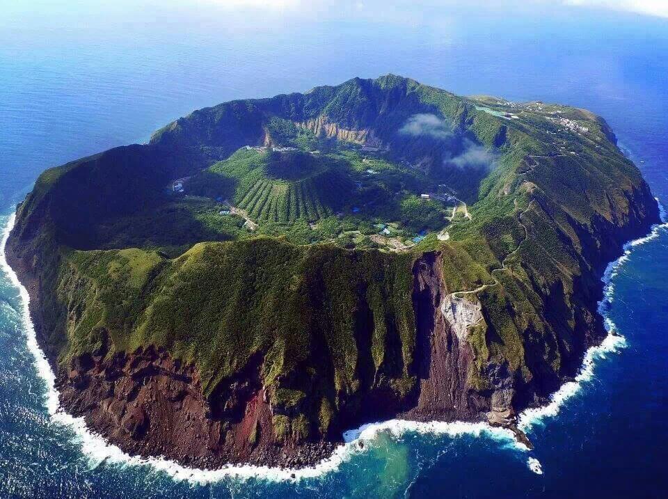 Núi lửa Aogashima là ngọn núi lửa lớn và kì lạ nhất Nhật Bản