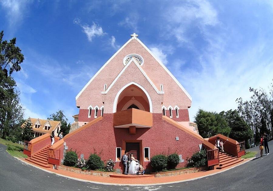 Nhà thờ hồng độc đáo Domain de Marie tại thành phố Đà Lạt