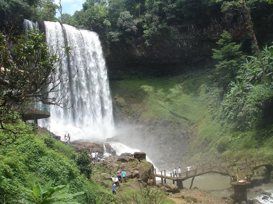 Thác Đambri là địa điểm du lịch Đà Lạt nỗi tiếng với du khách