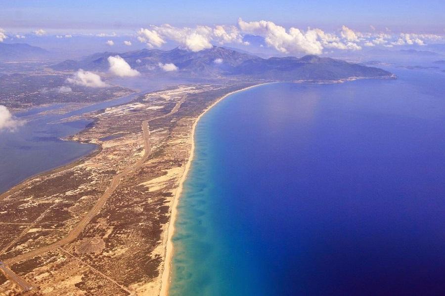 du lịch Vịnh Vân Phong để trải nghiệm con đường bên bãi cát dài vô tận