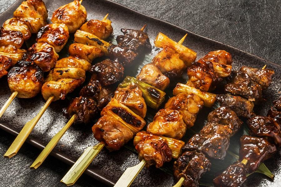 xiên nướng yakitori là món ăn quen thuộc và độc đáo trong ẩm thực Nhật Bản