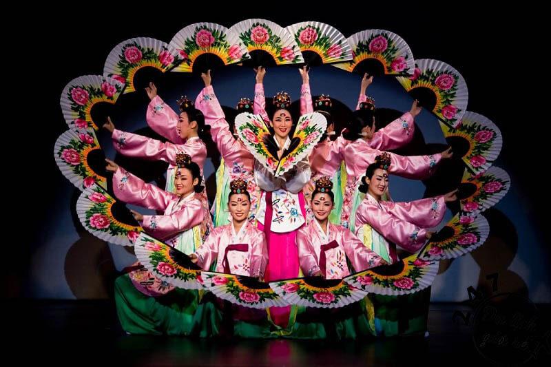 Nghệ thuật múa Buchaechum truyền thống Hàn Quốc Tour du lịch Hàn Quốc, du lịch Hàn Quốc Giá Rẻ, Xin visa Hà Quốc, Du lịch Hàn Quốc Ăn Gì,