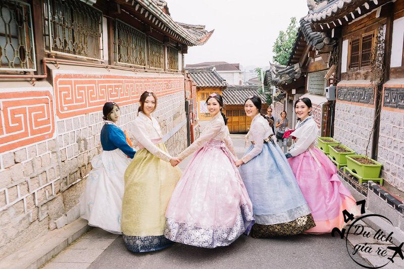 Hanbok là trang phục Hàn Quốc truyền thông Tour du lịch Hàn Quốc, du lịch Hàn Quốc Giá Rẻ, Xin visa Hà Quốc, Du lịch Hàn Quốc Ăn Gì,