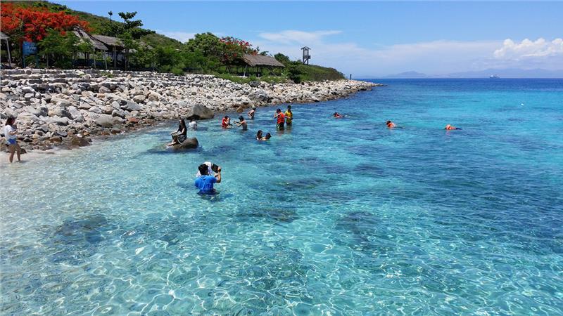 Dòng nước trong vắt ở đảo Hòn Mun.