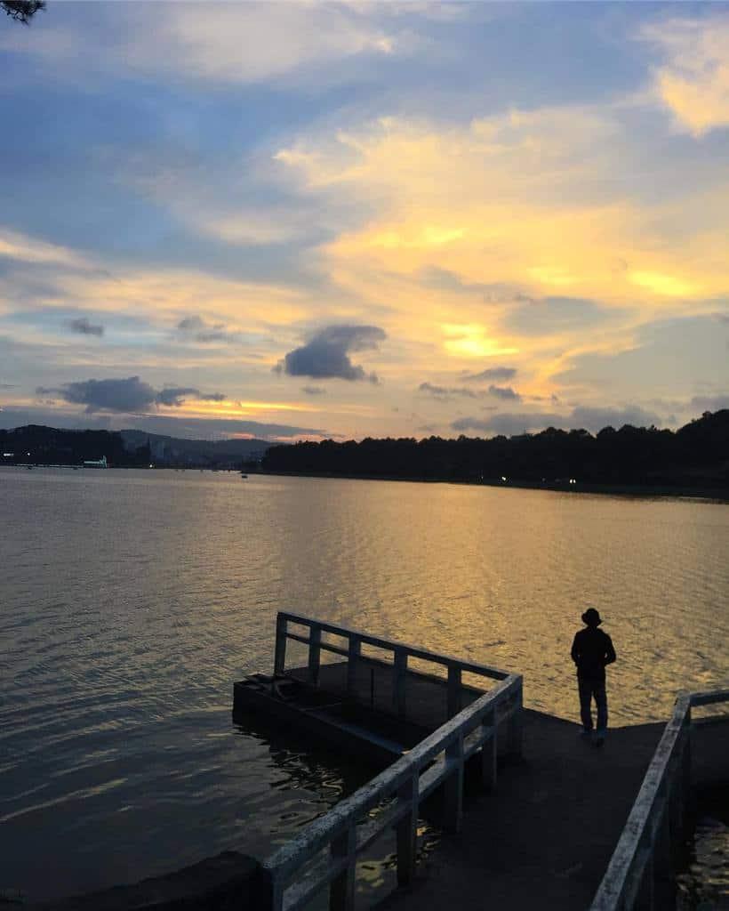 Một vùng trời nước rộng lớn được bắt đầu từ cầu chữ Y tại hồ Xuân Hương.