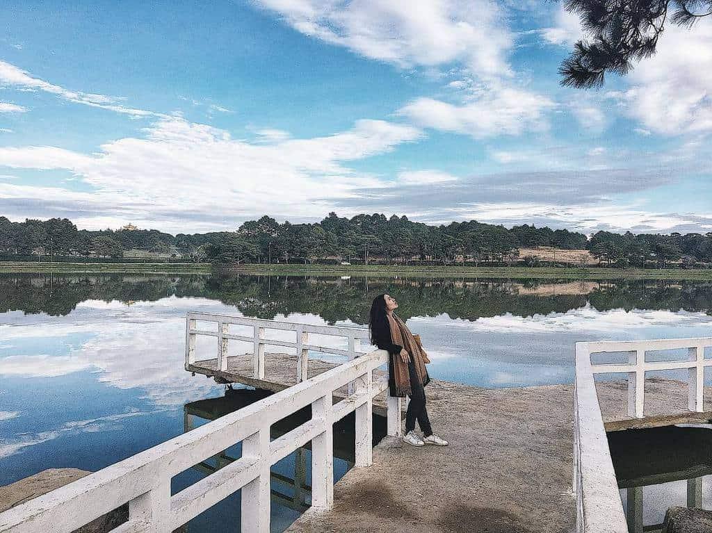 Có thể nhờ chiếc cầu nhỏ bé này mà hồ Xuân Hương đã đẹp còn được tô điểm thêm