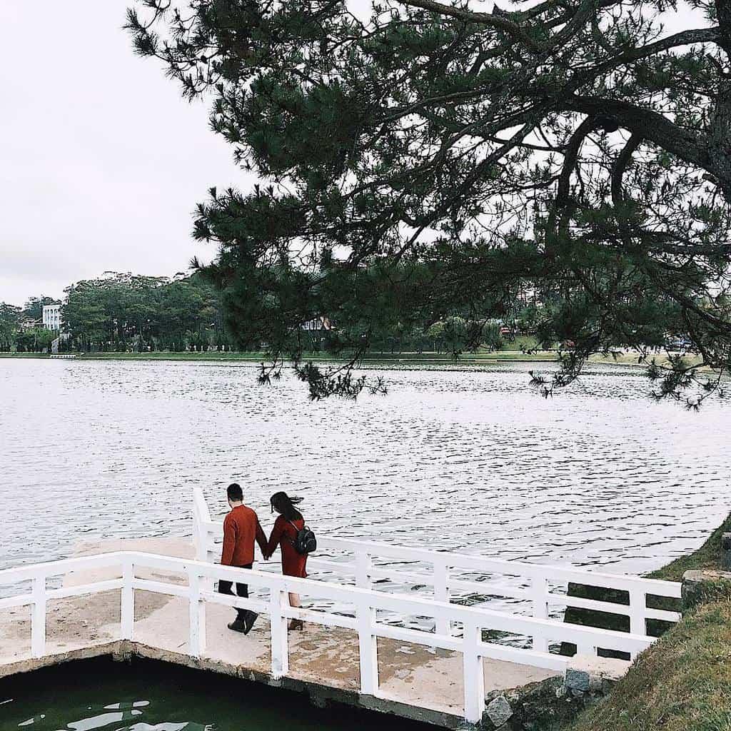 """Hiện nay, khi đi ngang qua hồ Xuân Hương, bạn sẽ thấy<span style=""""color: #ffffff;"""">;</span>lúc nào khu vực này cũng tấp nập các bạn trẻ check-in."""