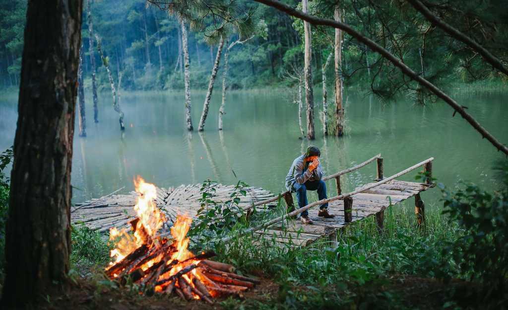 Cảnh Đông Hồ ngồi chờ bên hồ tại Secret Garden.