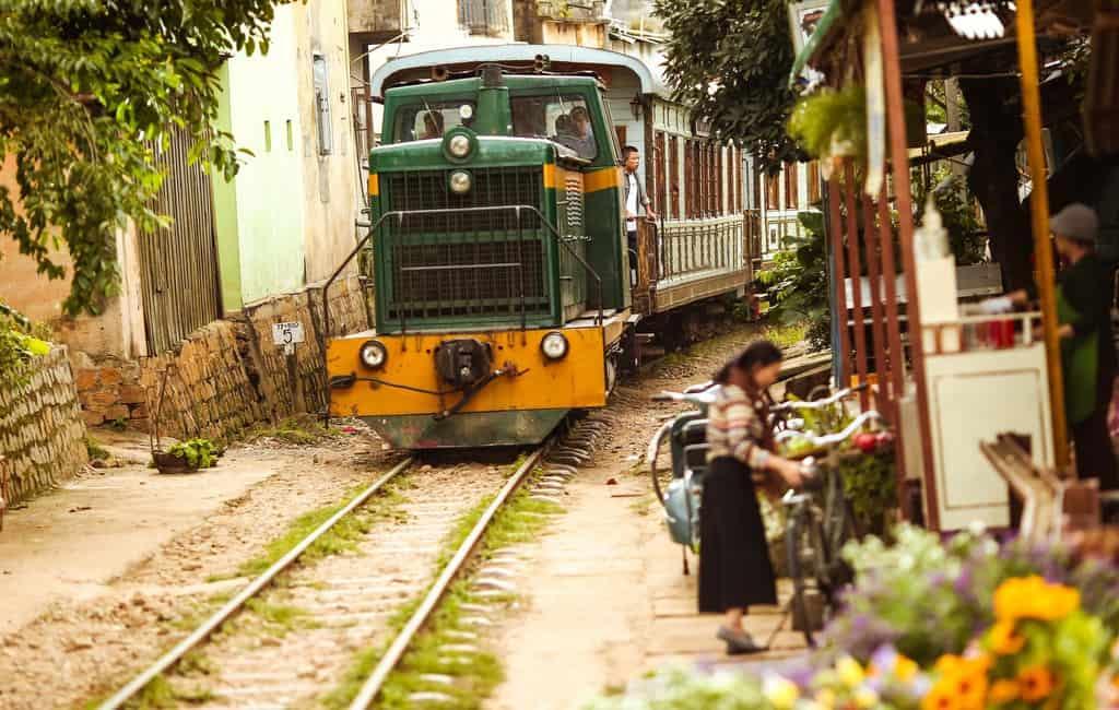 Đoàn tàu cũ trên đường ray gần ga Trại Mát.
