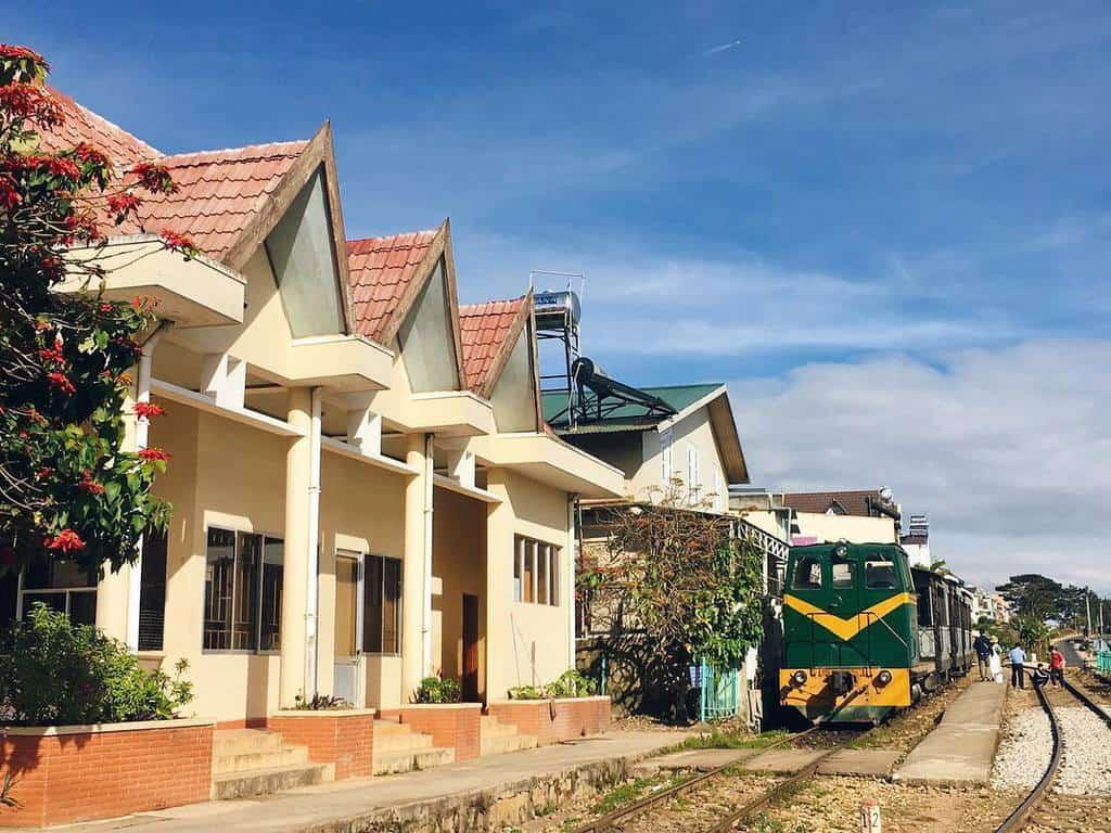 Chuyến tàu sắt ngày xưa bây giờ chỉ còn phụ vụ chở du khách.