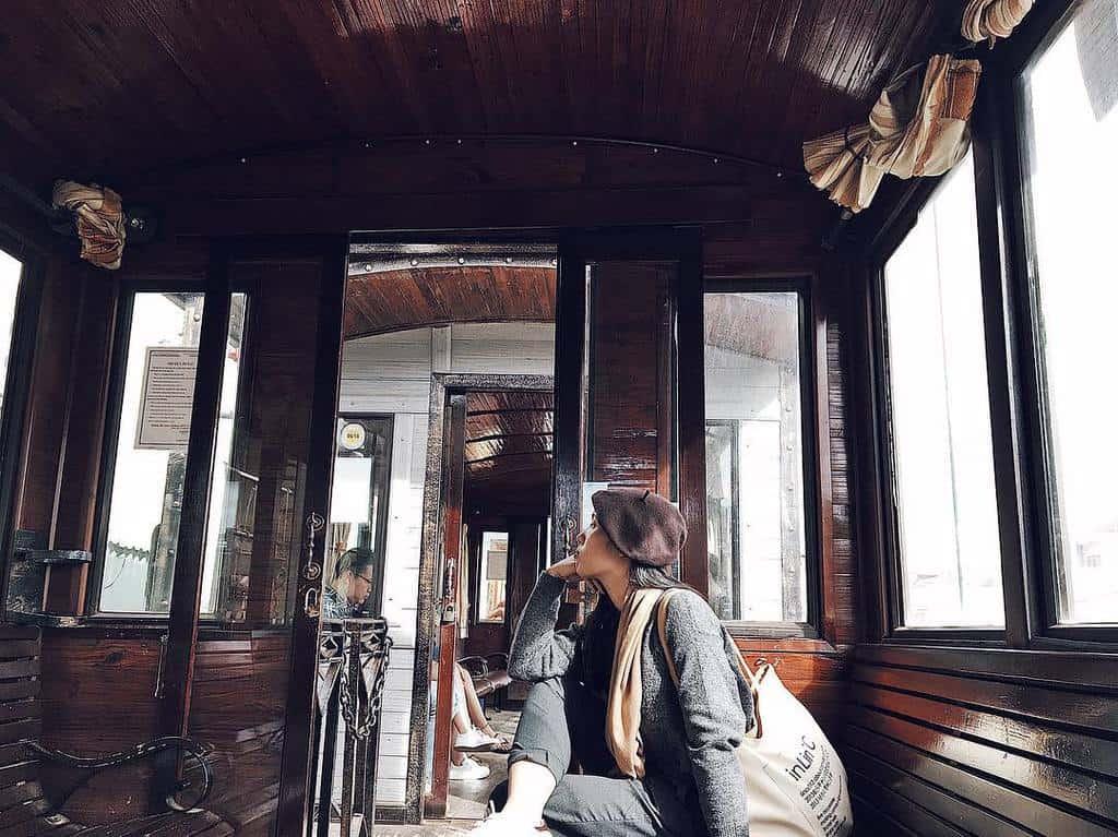 Bên trong chuyến tàu sắt xưa cũ.