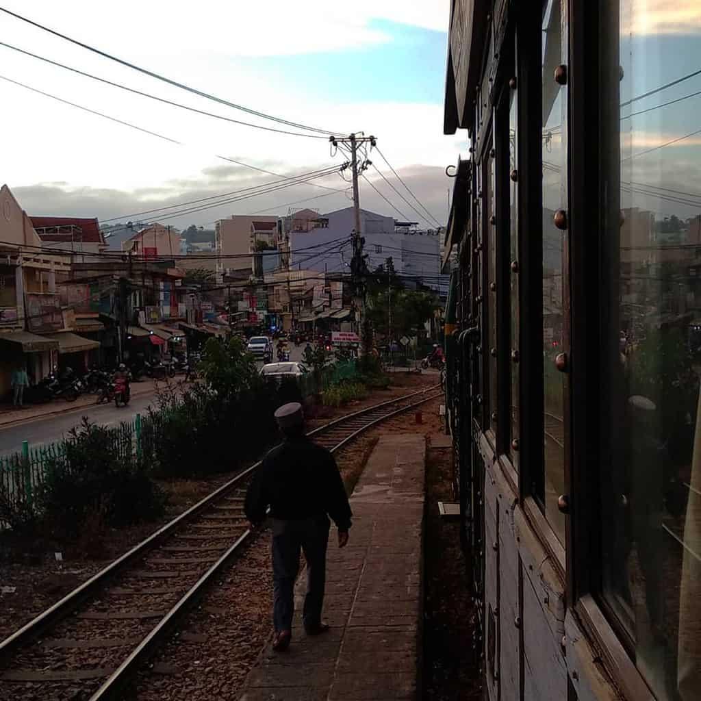 Cuộc sống thật bình yên, giản dị hai bên đường ray.