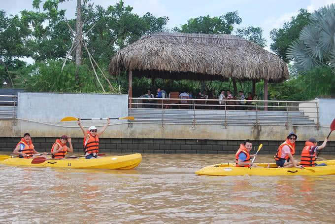 Trò chơi chèo thuyền trong khu du lịch BCR